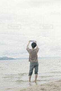 男性,風景,海,空,屋外,湖,ビーチ,後ろ姿,砂浜,手,水面,海岸,山,男,男子,手持ち,人物,背中,人,ポートレート,フィルム,ハイキング,男の子,ライフスタイル,手元