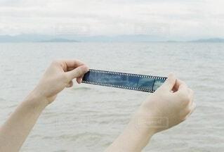 男性,風景,海,空,屋外,湖,ビーチ,青空,後ろ姿,砂浜,手,水面,海岸,山,男,男子,手持ち,人物,背中,人,ポートレート,フィルム,ハイキング,男の子,ライフスタイル,手元,ポジフィルム