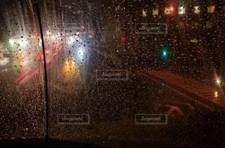 雨の夜に信号を灯すの写真・画像素材[3669602]