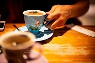 男性,飲み物,コーヒー,食事,屋内,手,男,男子,手持ち,テーブル,スプーン,皿,人物,人,マグカップ,食器,ポートレート,男の子,デート,ライフスタイル,手元,ボウル,食器類,コーヒー カップ,磁器,受け皿