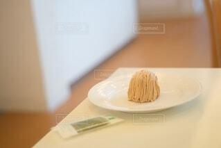 皿の上のケーキの写真・画像素材[3710155]