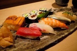 木製のテーブルに寿司をの写真・画像素材[3852097]