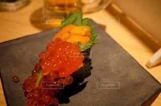 木製のまな板の上に座っているケーキの写真・画像素材[3879140]