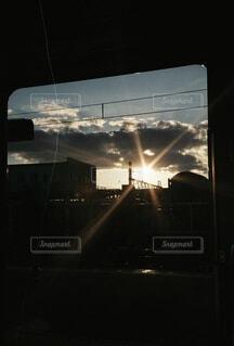 空,夜,太陽,朝日,雲,晴れ,窓,暗い,正月,車窓,お正月,日の出,明るい,新年,初日の出,フィルム写真