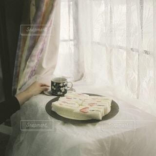 女性,食べ物,飲み物,スイーツ,コーヒー,屋内,カラフル,花瓶,カーテン,デザート,テーブル,フルーツ,果物,生クリーム,皿,食器,家具,サンドイッチ,枕,料理,おいしい,フルーツサンド,出前,誕生日ケーキ,菓子,宅配,テイクアウト,大皿,手元,ベッド,デリバリー,お持ち帰り,コーヒー カップ,ウエディング ケーキ