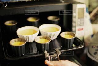 女性,食べ物,カフェ,コーヒー,屋内,手,女,女の子,リラックス,食器,カップ,紅茶,料理,調理,おうちカフェ,プリン,ドリンク,オーブン,おうち,ライフスタイル,手元,卵黄,ボウル,台所用品,コーヒー カップ,おうち時間