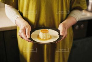 食べ物の皿を持ったテーブルに座っている人の写真・画像素材[4298613]