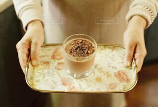 女性,食べ物,カフェ,コーヒー,屋内,手,女,女の子,デザート,スプーン,人物,リラックス,人,マグカップ,食器,カップ,エスプレッソ,紅茶,おうちカフェ,チョコ,ドリンク,ラテ,おうち,コーヒー牛乳,ライフスタイル,カフェイン,手元,カフェタイム,ムース,ホワイトコーヒー,酪農,インスタントコーヒー,チョコムース,食器類,コーヒー カップ,おうち時間,受け皿,刺激
