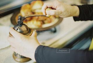 女性,食べ物,カフェ,コーヒー,キッチン,屋内,手,女,女の子,スプーン,人物,リラックス,人,マグカップ,食器,カップ,台所,紅茶,おうちカフェ,ドリンク,おうち,ライフスタイル,調理器具,手元,ミル,サーバー,コーヒーミル,ボウル,食器類,コーヒー カップ,おうち時間,受け皿