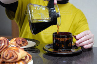 食べ物,カフェ,ケーキ,コーヒー,朝食,屋内,パン,デザート,テーブル,皿,人物,リラックス,人,食器,ボトル,ベーグル,チョコレート,カップ,肉,紅茶,料理,おいしい,おうちカフェ,ドーナツ,北欧,ドリンク,コーヒーカップ,おうち,菓子,ライフスタイル,ファストフード,シナモンロール,スナック,大皿,飲料,シナモン,プレッツェル,トング,ペストリー,コーヒー カップ,ソフトド リンク,おうち時間,受け皿