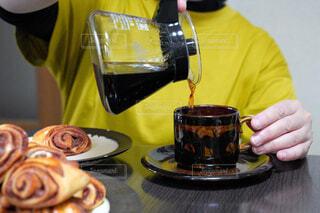 食べ物,カフェ,ケーキ,コーヒー,朝食,屋内,黄色,パン,デザート,テーブル,皿,人物,リラックス,人,食器,ボトル,ベーグル,チョコレート,カップ,肉,紅茶,料理,おいしい,おうちカフェ,ドーナツ,北欧,ドリンク,コーヒーカップ,おうち,菓子,ライフスタイル,ファストフード,シナモンロール,スナック,大皿,飲料,シナモン,プレッツェル,トング,ペストリー,コーヒー カップ,ソフトド リンク,おうち時間,受け皿