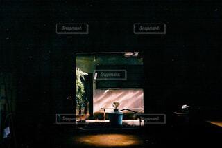 暗い部屋にいる人の写真・画像素材[4313231]