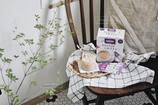 木製テーブルの上に座っているバッグの写真・画像素材[1302596]