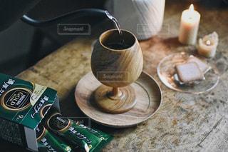 テーブルの上のコーヒー カップの写真・画像素材[1302608]