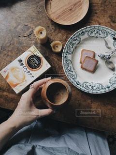 テーブルの上に食べ物のプレートの写真・画像素材[1302613]