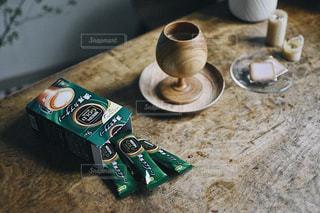 テーブルの上のキーのセットの写真・画像素材[1302616]