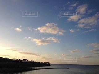 水の体に沈む夕日の写真・画像素材[958555]