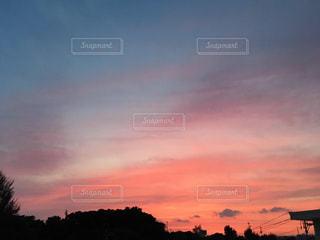 街に沈む夕日の写真・画像素材[959359]