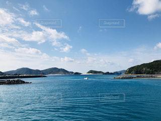 水の体の真ん中に島の写真・画像素材[1111758]