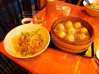 テーブルの上に食べ物のボウルの写真・画像素材[1653873]