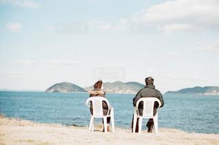 ビーチの砂の上に立っている人のカップルの写真・画像素材[854974]