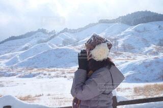 雪に覆われた山の上に立っている人の写真・画像素材[4112659]