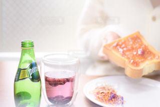 テーブルの上のコーヒー カップ - No.920028