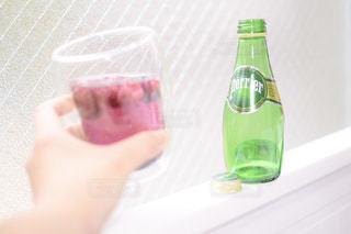 ボトルを持つ手 - No.920038