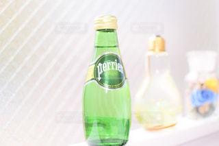 テーブルに空のボトル - No.920040