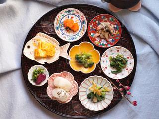 テーブルの上に食べ物のプレートの写真・画像素材[1040291]