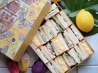 菓子箱に詰めたサンドウィッチの写真・画像素材[1040299]