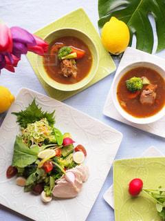 テーブルの上に食べ物のプレートの写真・画像素材[1040303]