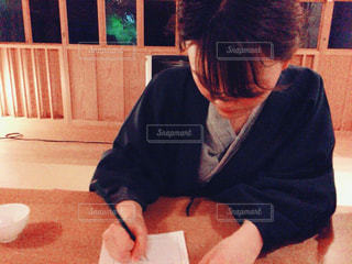 テーブルに座って手紙を書く - No.751924