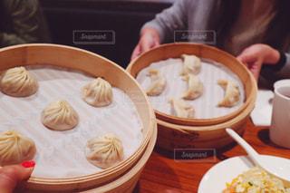 食品のプレートをテーブルに着席した人の写真・画像素材[920331]