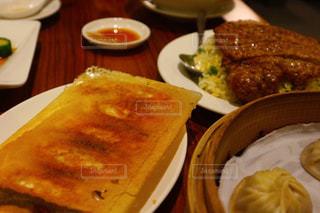 テーブルの上に食べ物のプレートの写真・画像素材[920339]