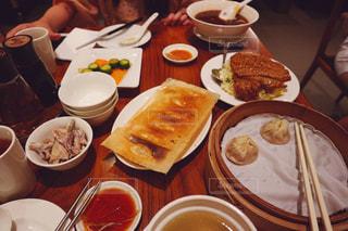 テーブルの上に食べ物のプレートの写真・画像素材[920341]