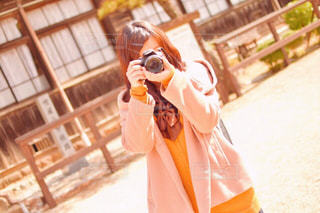 オレンジ ジュースのガラスを保持している人の写真・画像素材[991130]