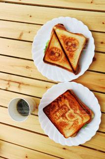 木製のテーブルの上に食べ物の写真・画像素材[1170773]