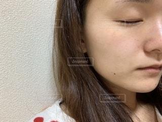 日焼け,顔,ロングヘアー,目,パジャマ,風呂上がり,自宅,すっぴん,肌,頬,そばかす,しみ,コンプレックス,茶目,伏せ目,化粧無し