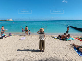 海,空,夏,雲,青,後ろ姿,帽子,女の子,爽やか,人物,背中,人,ハワイ,休日,ワイキキ,友達,ゆったり,夏服,半袖