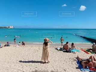 海,空,夏,雲,青,後ろ姿,帽子,女の子,爽やか,人物,背中,人,ハワイ,休日,ワイキキ,友達,ゆったり,夏服