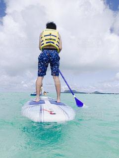 男性,海,空,夏,雲,青,後ろ姿,爽やか,人物,背中,人,大人,ハワイ,遊び,休日,男の子,友達,マリンスポーツ,ゆったり,ボード,漕ぐ