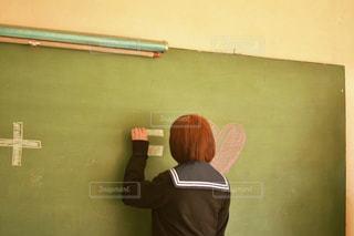 学生,文字,後ろ姿,茶髪,ハート,ショートヘア,黒板,青春,放課後,制服,ボード