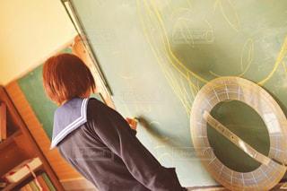 学生,文字,緑,イラスト,後ろ姿,室内,茶髪,学校,ショートヘア,黒板,チョーク,青春,放課後,制服,ボード