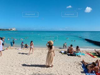 浜辺に座っている人々のグループの写真・画像素材[2377929]