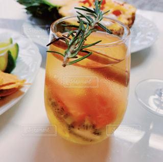 近くのサラダ、オレンジ ジュースのガラス プレートのアップの写真・画像素材[1837131]