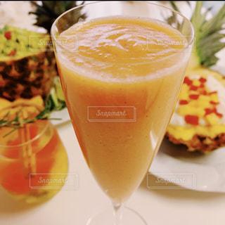 コーヒー カップの横にあるオレンジ ジュースのガラスの写真・画像素材[1837136]