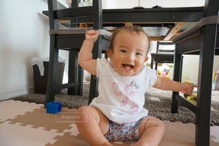 テーブルの上に座って赤ちゃんの写真・画像素材[1458072]