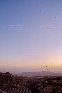 空を飛んでいる鳥の群れの写真・画像素材[1116910]