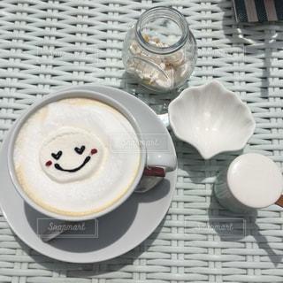 テーブルの上の白い皿の写真・画像素材[1036663]